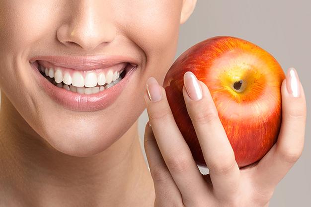 ¿Qué alimentos pueden manchar más los dientes?